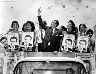 El candidato presidencial Adolfo López Mateos y comitiva saludan a los habitantes de Guasave