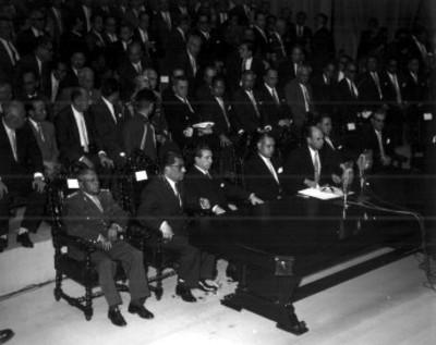 Adolfo López Mateos y miembros de su gabinete presiden una ceremonia