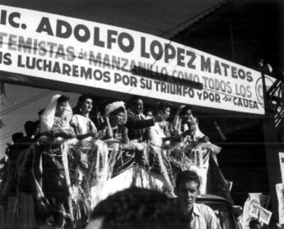Adolfo López Mateos en un camión acompañado por varias mujeres realiza gira electoral en Manzanillo