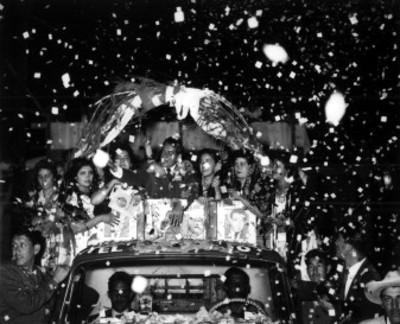 Adolfo López Mateos con varias mujeres en un camión de redilas, recibe vitoreos durante su campaña