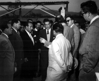 Adolfo López Mateos conversa con funcionarios, durante su campaña