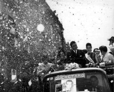 Adolfo López Mateos y mujeres a bordo de un camión, durante su campaña