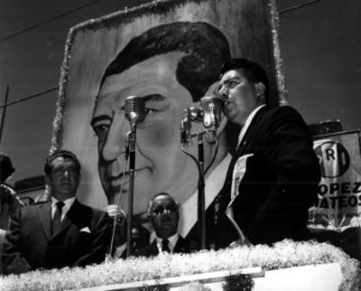 Adolfo López Mateos escucha discurso durante su campaña
