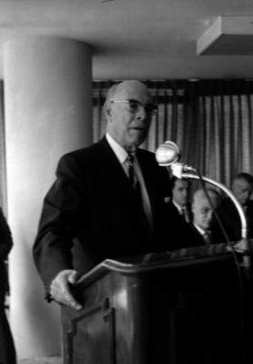 Nazario Ortiz Garza, gobernador de Coahuila pronunciando un discurso durante una ceremonia