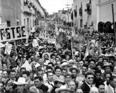 Manifestantes en calles de Tulancingo en apoyo al candidato Adolfo López Mateos