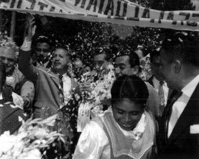 """Adolfo López Mateos y comitiva son recibidos por partidarios de """"Puebla"""" durante su campaña electoral"""