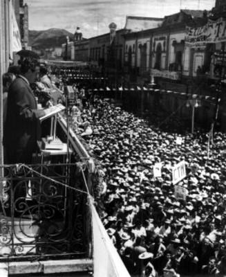 Adolfo López Mateos pronuncia discurso durante su campaña electoral en Morelia