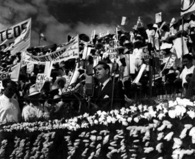 Adolfo López Mateos pronuncia discurso durante mitin de apoyo a su candidatura presidencial