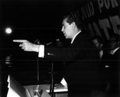 Adolfo López Mateos pronuncia discurso durante mitin electoral en un cine