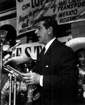 """Adolfo López Mateos pronuncia discurso durante su campaña electoral en """"Zacatecas"""""""