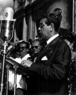 Adolfo López Mateos da discurso durante su campaña