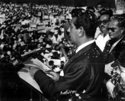 Adolfo López Mateos lee discurso durante su campaña
