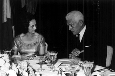 Eva Sámano conversa con funcionario durante un banquete