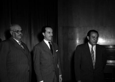 Antonio Ortiz Mena, Secretario de Hacienda acompañado de funcionarios al parecer durante una recepción, retrato