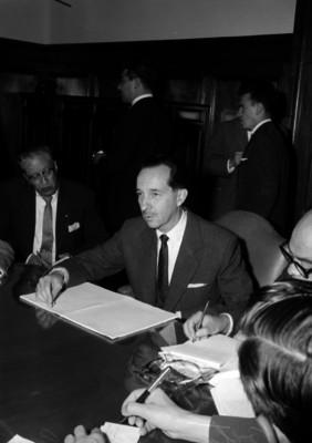 Antonio Ortiz Mena, Secretario de Hacienda, con funcionarios durante una reunión