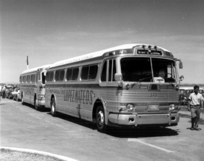 Autobuses donde viajan los miembros de la prensa que acompañan a López Mateos