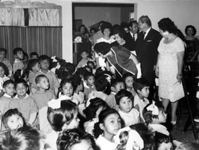 Eva Samano de López Mateos y su comitiva visitan un salón del Jardín de Niños
