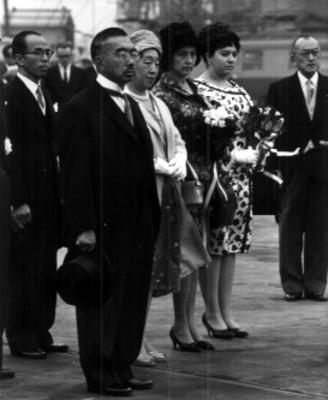 Emperador del Japón Hirohito, la emperatriz Nagako y el principe heredero Akihito dan su bienvenida al presidente de México