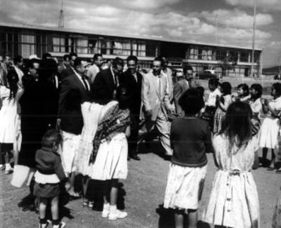 El presidente Adolfo López Mateos y comitiva visitan un plantel escolar