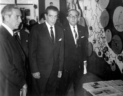 El licenciado Adolfo López Mateos y comitiva recorren una sala de exhibición organizada por el I.N.I.
