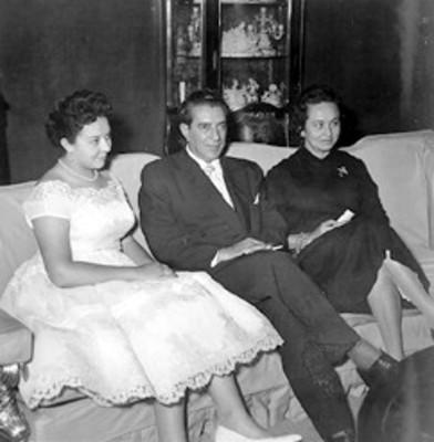 El licenciado Adolfo López Mateos, su esposa e hija
