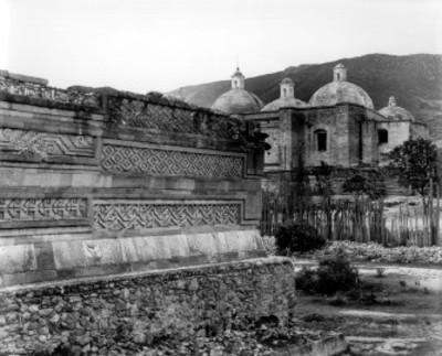 Palacio del grupo de las Columnas y vista del templo de San Juan Evangelista