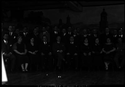 Manuel E. Otalora acompañado del general Tapia y otras personalidades en un salón, retrato de grupo