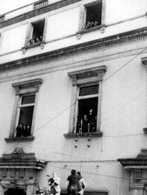 Gustavo Díaz Ordaz saluda al pueblo desde una ventana