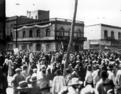 Gente en las afueras de las oficinas del Partido Nacional Revolucionario