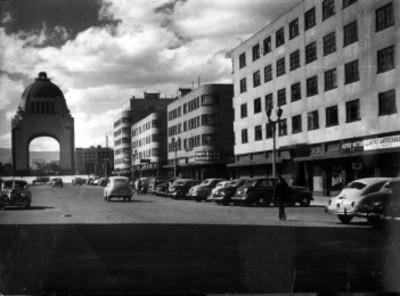 Monumento a la Revolución y edificios aledaños, vista parcial
