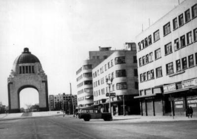 Monumento a la Revolución y edificios de la Avenida Juárez