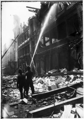 Bomberos apagan un incendio en el palacio de Hierro