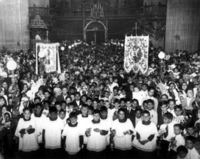 Monaguillos y niños durante la celebración del Congreso Eucarístico en la Catédral