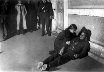 Tina Modotti durante la reconstrucción del asesinato de Julio Antonio Mella