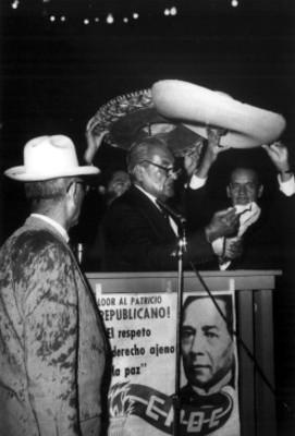 Emilio Portes Gil lee discurso durante una ceremonia