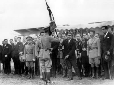 Emilio Portes Gil durante la ceremonia de entrega de banderas al Ejército Nacional en Balbuena ba