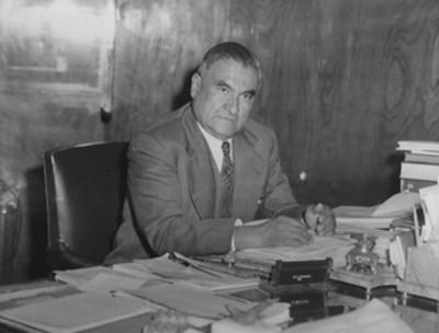 Emilio Portes Gil en su oficilna, retrato