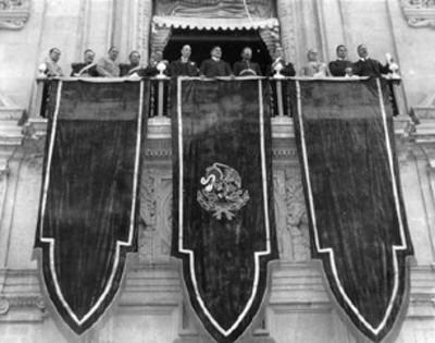 Emilio Portes Gil y miembros de sus gabines prescencian evento en el balcón presidencial