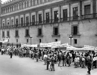 Sindicatos de trabajadores durante manifestación frente a Palacio Nacional