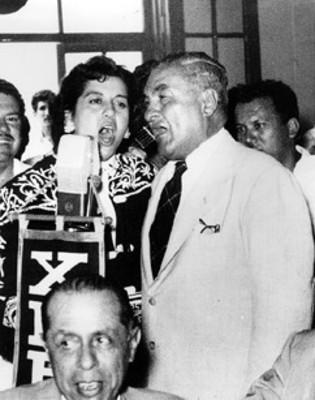 Emilio Portes Gil canta a dúo con mujer