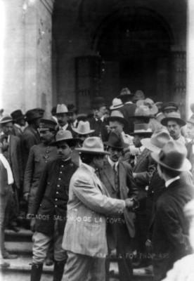 Delegados convencionistas salen del Teatro Morelos