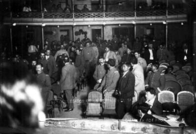 Delegados de la convención en un descanso, interior del Teatro Morelos