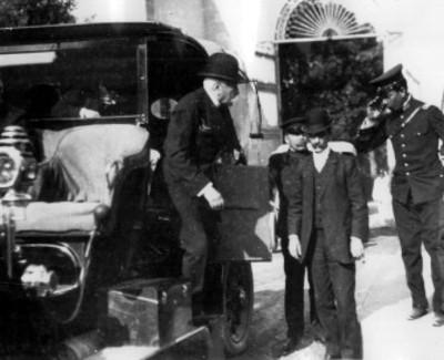 Porfirio Díaz desciende de un carruaje
