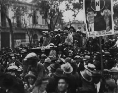 Pascual Ortiz Rubio abordo de un camión durante su campaña política