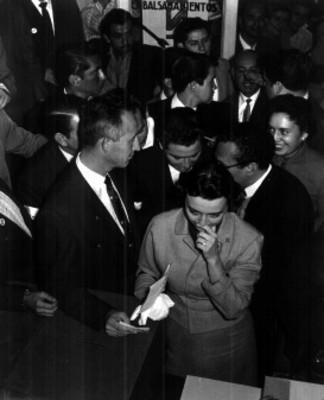 Luis H. Alvarez y su esposa emiten su voto