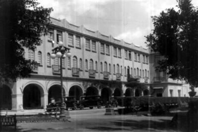 Edificio público con portales, fachada, vista parcial