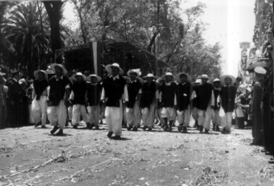 Indígenas de Zacapoaxtla desfilan por una calle