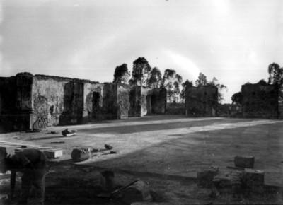 Hombre trabaja en las ruinas del fuerte Loreto