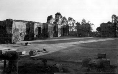 Hombre trabaja en las ruinas del fuerte de Loreto