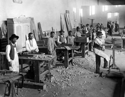 Carpinteros trabajan en un taller